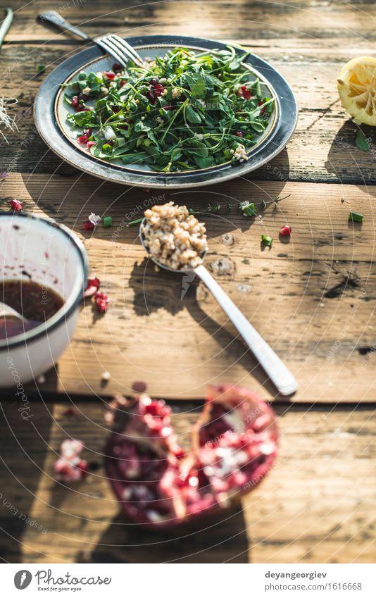 Grüner Salat mit Granatapfel, Manna Croup, Zwiebel. Käse Gemüse Ernährung Essen Mittagessen Abendessen Vegetarische Ernährung Diät Teller Schalen & Schüsseln
