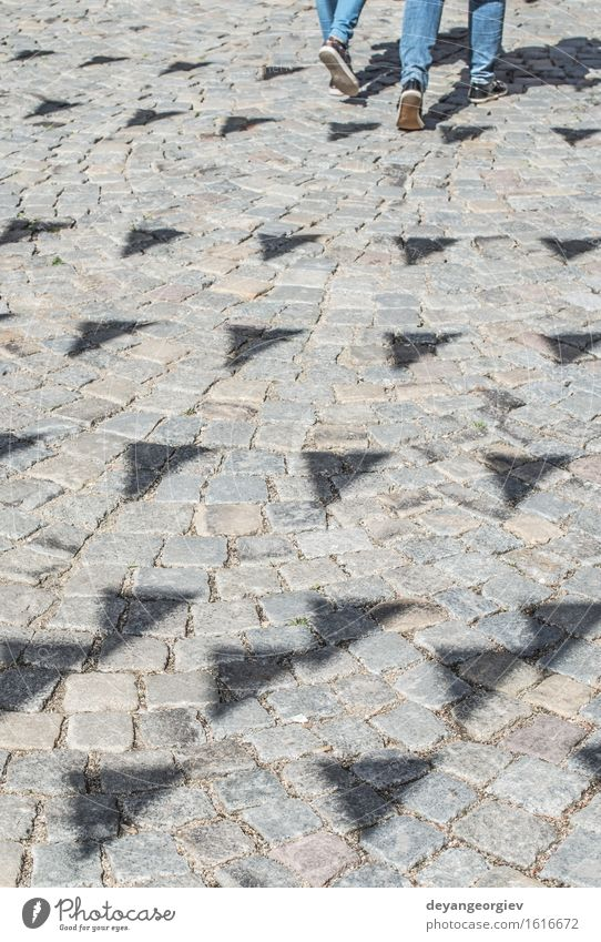 Schatten der Festivalflaggen. Design Freude Glück Dekoration & Verzierung Feste & Feiern Straße Schnur Fahne Bewegung Spaziergang Hintergrund festlich