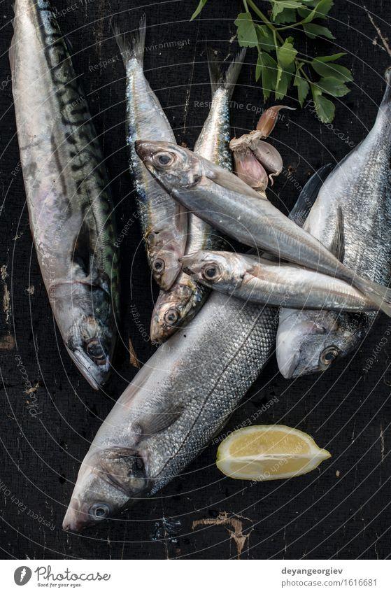 Roher Fisch. Seebrassen, Wolfsbarsch Meeresfrüchte Mittagessen Pfanne Koch frisch blau schwarz Zitrone roh Fett Makrele Zutaten Sardinen Mahlzeit Speise