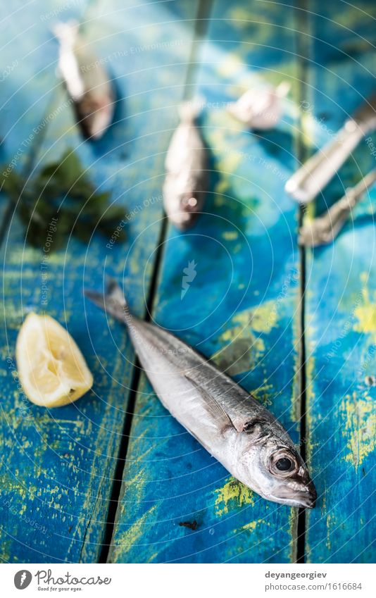 Fisch waschen. Seebrassen, Wolfsbarsch, Makrelen Meeresfrüchte Mittagessen Pfanne Koch frisch blau schwarz Zitrone roh Fett Zutaten Sardinen Mahlzeit Speise