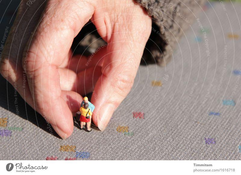Nächstenliebe | Die helfende Hand. Finger Hilfsbereitschaft Kunststoff Pullover Teppich Spielfigur Mitgefühl