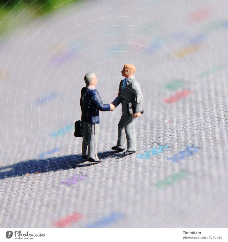 Sie sind? Arbeit & Erwerbstätigkeit sprechen Kommunizieren Sitzung Begrüßung Teppich Schatten Hände schütteln Miniwelten Farbfoto Außenaufnahme Menschenleer Tag