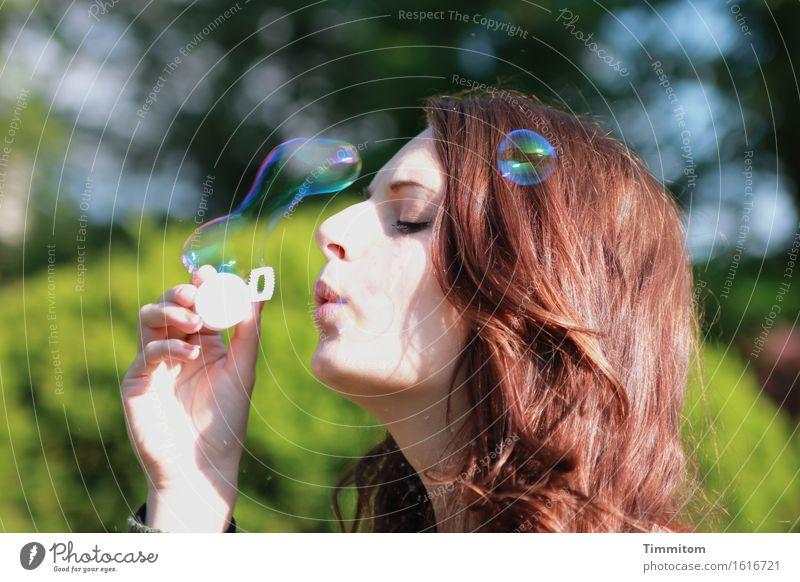 rund   geht immer, aber... feminin Kopf Hand 1 Mensch Park Haare & Frisuren Seifenblase Spielen Fröhlichkeit Freude blasen Strukturen & Formen Farbfoto