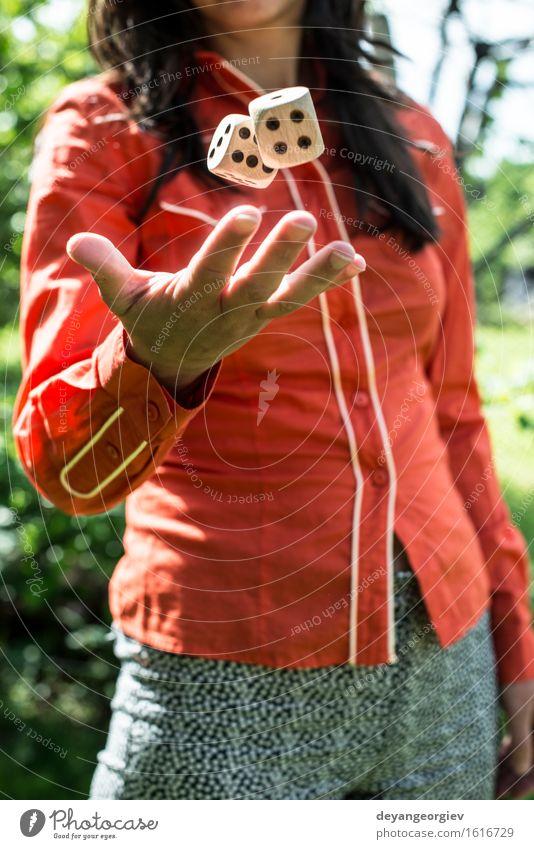 Frau wirft Würfel Freude Freizeit & Hobby Spielen Erfolg Mädchen Erwachsene Hand werfen rot weiß Konkurrenz Glücksspiel Chance Risiko Kurhaus jung Vermögen Halt