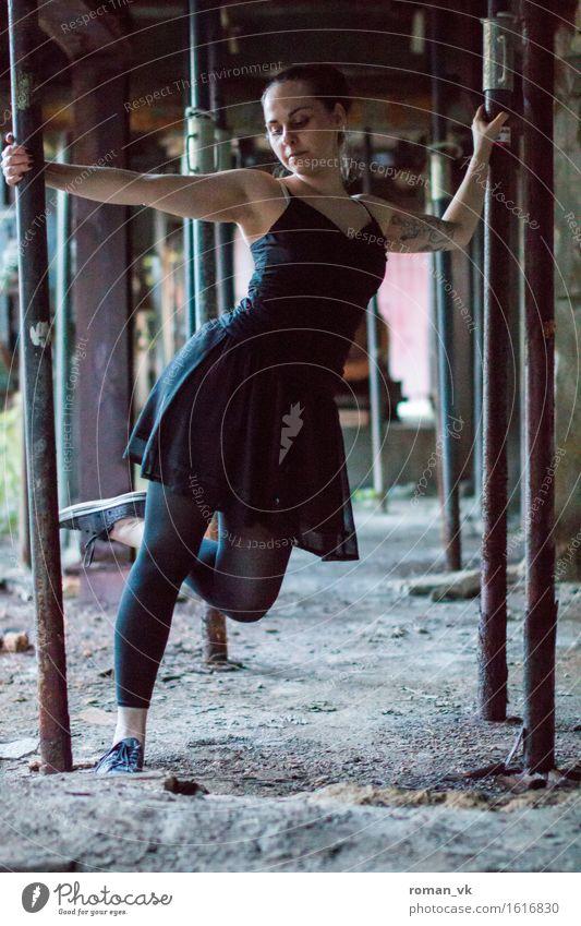 Aufm Bau Mensch feminin Junge Frau Jugendliche Körper 1 18-30 Jahre Erwachsene ästhetisch Bewegung Tanzen Balletttänzer Kleid Tattoo Leggings axial Baugerüst