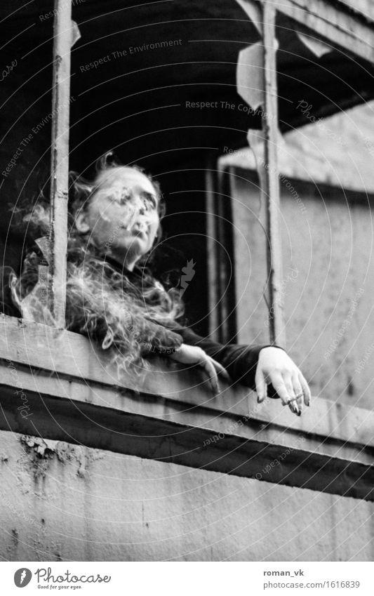 Ersma eins ins Gesicht stecken. Mensch Jugendliche Junge Frau Erholung ruhig 18-30 Jahre Fenster Erwachsene Architektur Leben feminin außergewöhnlich grau