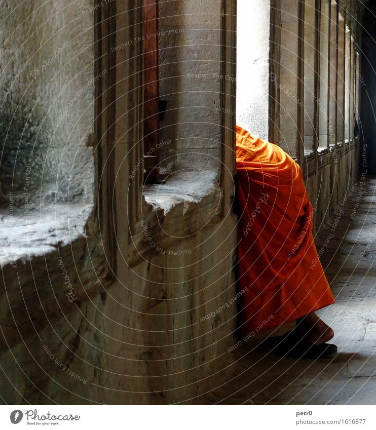 Monk Mensch Jugendliche Mann ruhig Ferne 18-30 Jahre Erwachsene Wand Mauer Stein maskulin orange Zufriedenheit Glaube Asien Gelassenheit