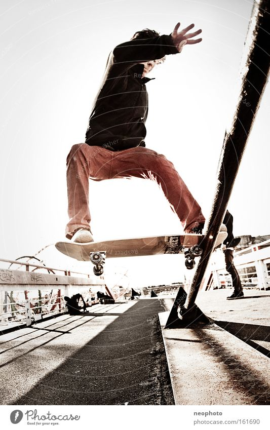 FS Tailslide Skateboarding Feierabend Rolle rollen Holzbrett Drahtseil Außenaufnahme Dom Brücke gefährlich Weitwinkel Freude Rotes Tuch rot Sonnenuntergang