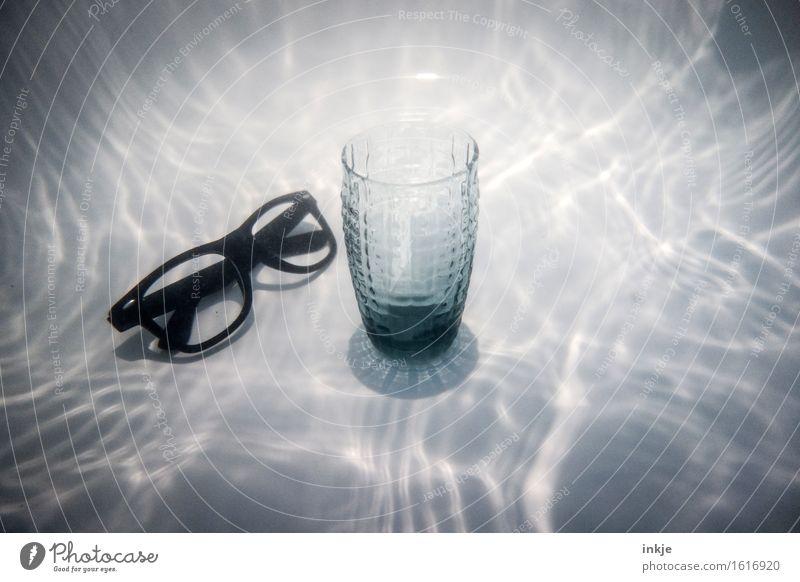 Ein Glas Wasser aus Tlön außergewöhnlich Ernährung Trinkwasser Brille Getränk Stillleben Surrealismus skurril Wasserspiegelung