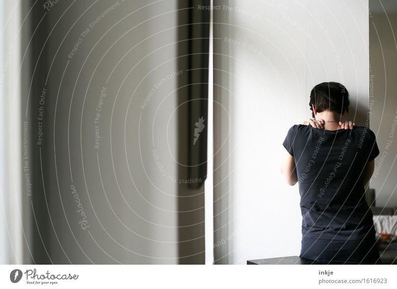 einsam sein Lifestyle Häusliches Leben Wohnung Raum Frau Erwachsene Rücken 1 Mensch 30-45 Jahre stehen Traurigkeit warten Gefühle Stimmung Trauer Liebeskummer