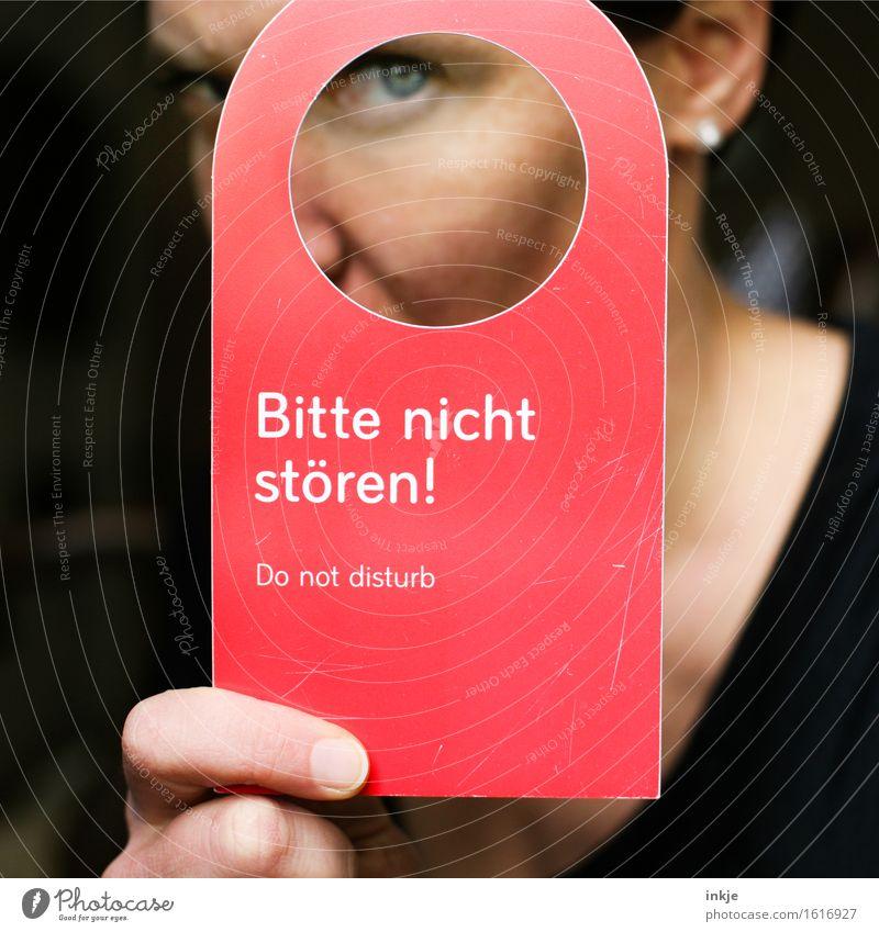 Bitte nicht stören ! Ferien & Urlaub & Reisen Tourismus Hotel Dienstleistungsgewerbe Frau Erwachsene Leben Gesicht Auge Finger 1 Mensch Schilder & Markierungen