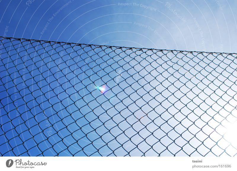 abgegrenzt Himmel Zaun Sonne Reflexion & Spiegelung Grenze Maschendrahtzaun Schlaufe Stahl Sommer Wetter Beleuchtung Strahlung leuchten Wolken hell
