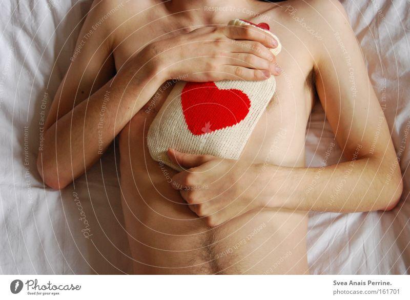 Liebeswärme Haut Gesundheit Krankheit Bett maskulin Junger Mann Jugendliche Erwachsene Hand 1 Mensch 18-30 Jahre Wärme Herz festhalten schlafen nackt rot weiß