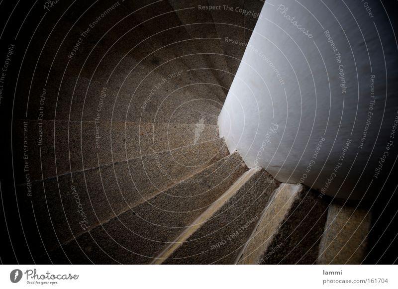 Wendeltreppe Treppe Schnecke rund aufwärts abwärts hoch schwindelig Säule aufsteigen Abstieg transpirieren Schatten Detailaufnahme Turm