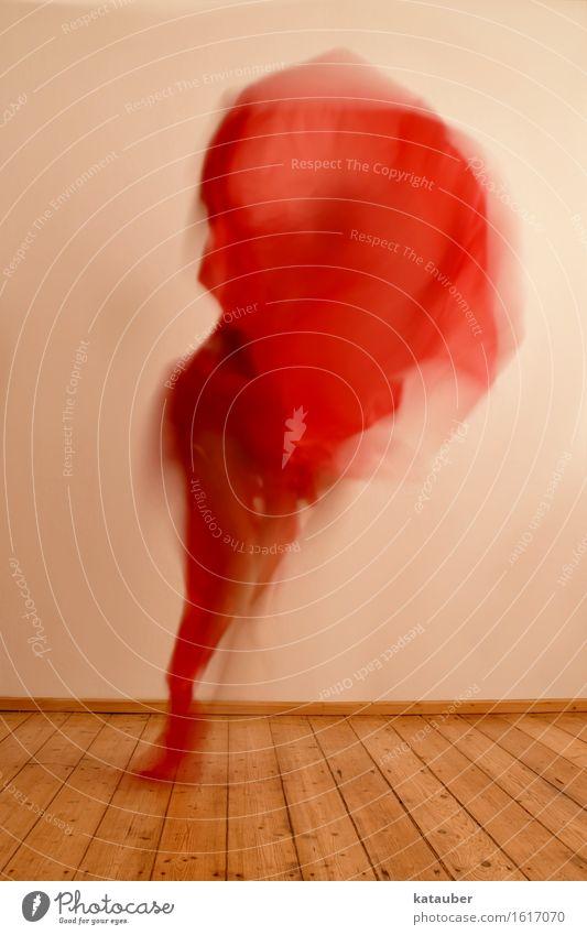 menschliche flamme feminin 1 Mensch Bewegung fliegen toben ästhetisch trendy einzigartig wild rot Tuch Tanzen hüpfen Flamme Feuer Wärme Freude verrückt Farbfoto