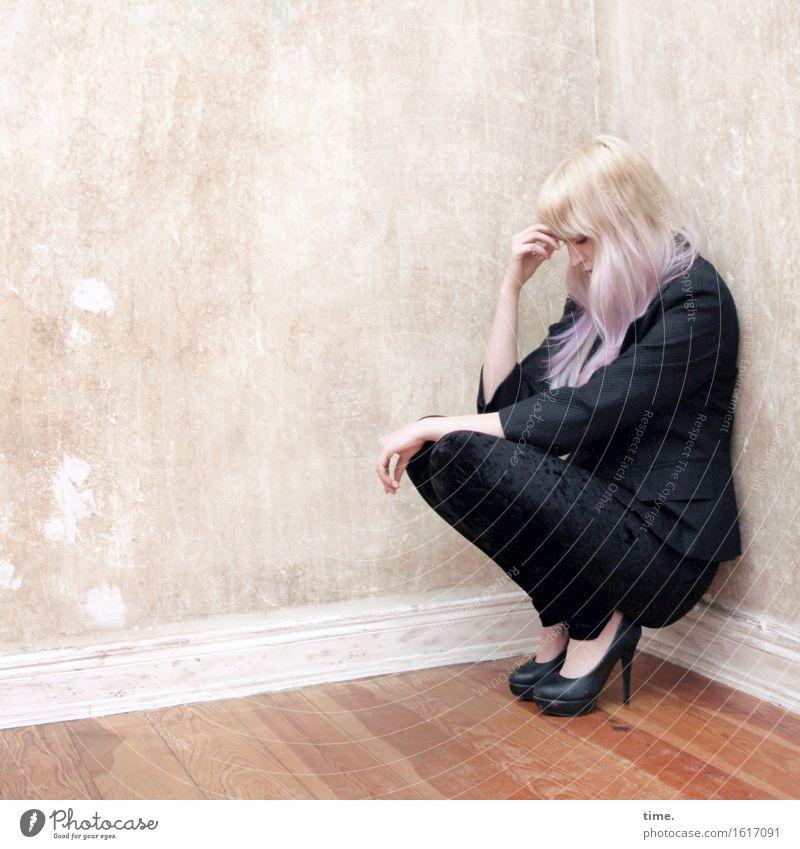 . Raum Parkett feminin 1 Mensch Mauer Wand Anzug Damenschuhe blond langhaarig Denken hocken sitzen schön geduldig ruhig Traurigkeit Sorge Trauer Müdigkeit