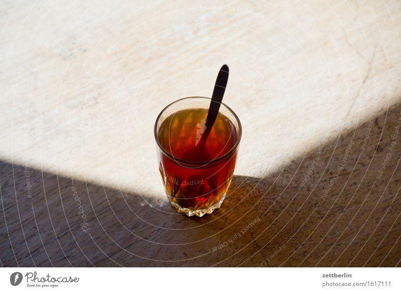 Tee Durst Erfrischungsgetränk Durstlöscher Getränk Kräutertee Pause Schwarzer Tee Tisch trinken Zucker Löffel Heißgetränk Glas Teeglas Kaffeelöffel ruhig