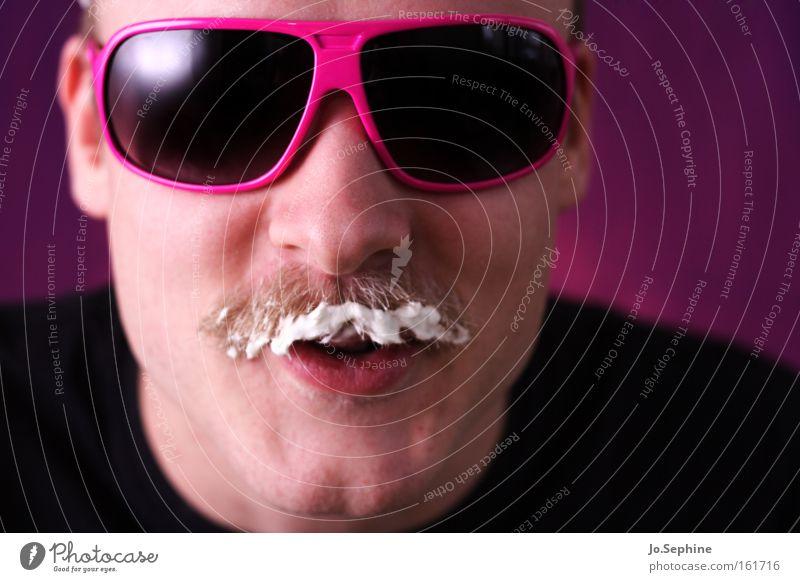 Got milk? Mann Freude Erwachsene Essen Stil rosa verrückt Coolness retro Porträt trashig Sonnenbrille grinsen Brille Schaum Milch