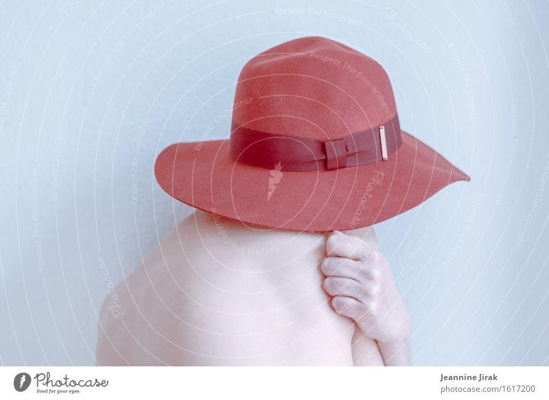 Migräne trägt rot elegant feminin Haut Rücken Hand 1 Mensch Hutkrempe festhalten Umarmen ästhetisch nackt Schutz Geborgenheit Traurigkeit Enttäuschung