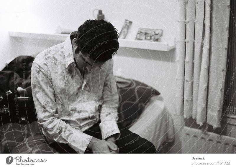 depressiv Feste & Feiern Alkohol Absturz böse Müdigkeit schwarz weiß analog Schwarzweißfoto Gefühle Fototechnik Mensch down black white Filmindustrie 35mm b&w