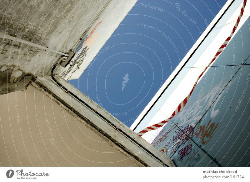 GEFAHRENZONE Himmel blau hell Haus Schlucht Froschperspektive Wand Gebäude Architektur Beton Stadt Barriere flattern unzuverlässig Wind Menschenleer verfallen
