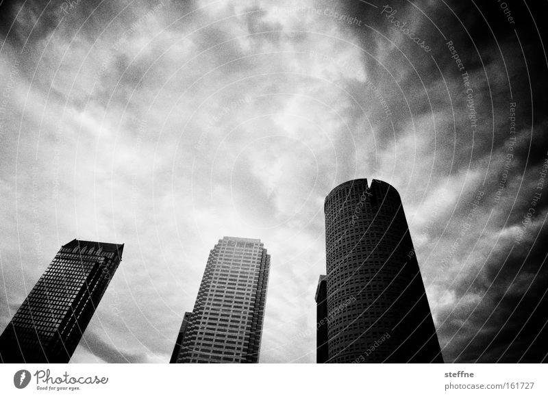 Die Mächte des Bösen weiß Wolken Haus schwarz dunkel Hochhaus bedrohlich USA Stadtzentrum Florida Kapitalismus Tampa