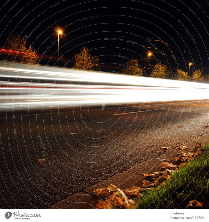 line of speed Blatt Herbst Straße Beleuchtung Angst Verkehr Geschwindigkeit bedrohlich einzigartig Güterverkehr & Logistik Rennsport Verkehrswege Jahreszeiten Straßenbeleuchtung Mobilität Autofahren