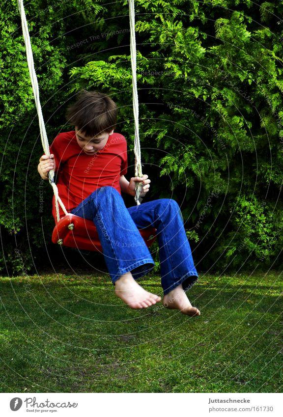 Kindheit Kind Freude Junge Spielen Garten Freiheit Glück frei Kindheit Schaukel Spielplatz Unbekümmertheit schaukeln Schwerelosigkeit