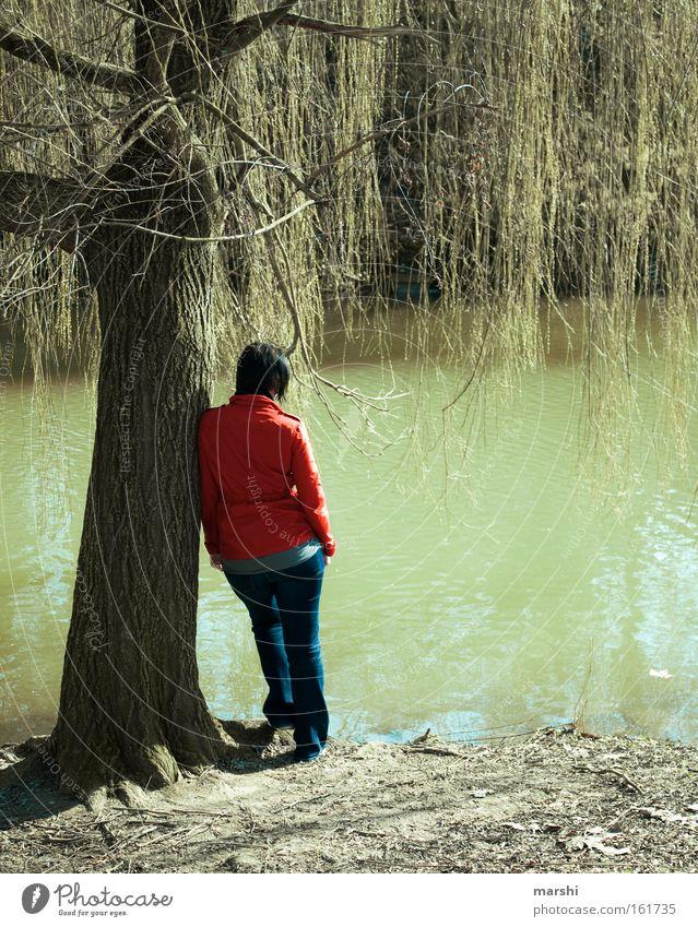 gedankenverloren Frau Natur Baum grün rot Einsamkeit Ferne Gefühle Frühling Traurigkeit See Küste Rücken Perspektive Trauer trist