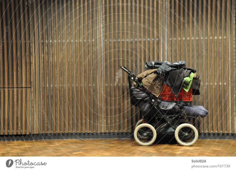 Zweckentfremdet Kinderwagen Gepäck überladen Gewicht Parkett Wandtäfelung Saal Tasche fahren tragen schwer Pause parken Jacke Korb Rad