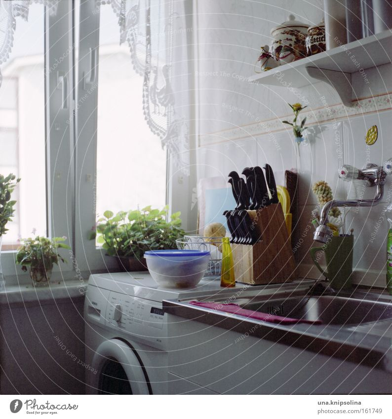 kü.che Fenster Wohnung authentisch Kochen & Garen & Backen Küche Möbel Quadrat Haushalt Messer Alltagsfotografie Wasserhahn Geschirrspülen Küchenspüle