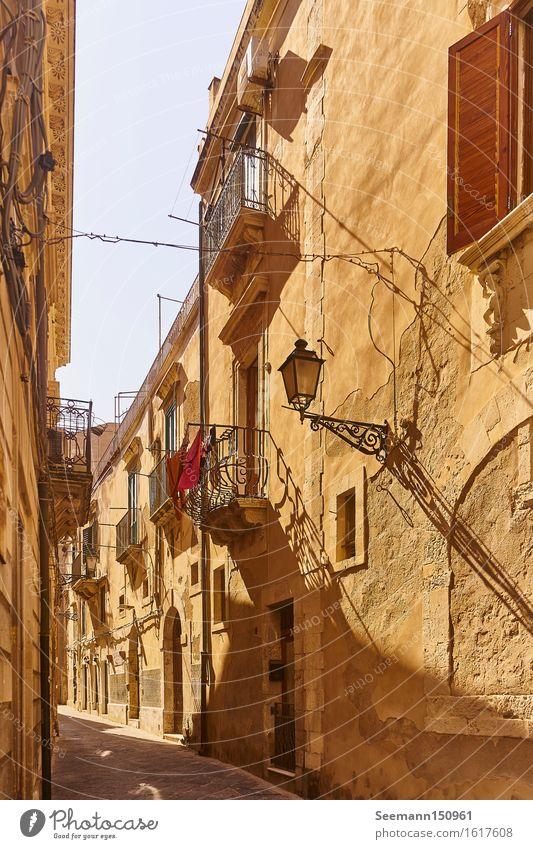 Gasse in Syrakus Italien Sizilien Europa Stadt Hafenstadt Stadtzentrum Altstadt Menschenleer Haus Bauwerk Gebäude Architektur Mauer Wand Fassade Balkon Fenster
