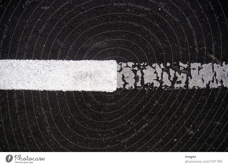 NeuAlt alt weiß schwarz Straße Farbstoff Linie Graffiti Straßenverkehr Schilder & Markierungen Vergänglichkeit Grenze Verfall Bürgersteig Verkehrswege Parkplatz