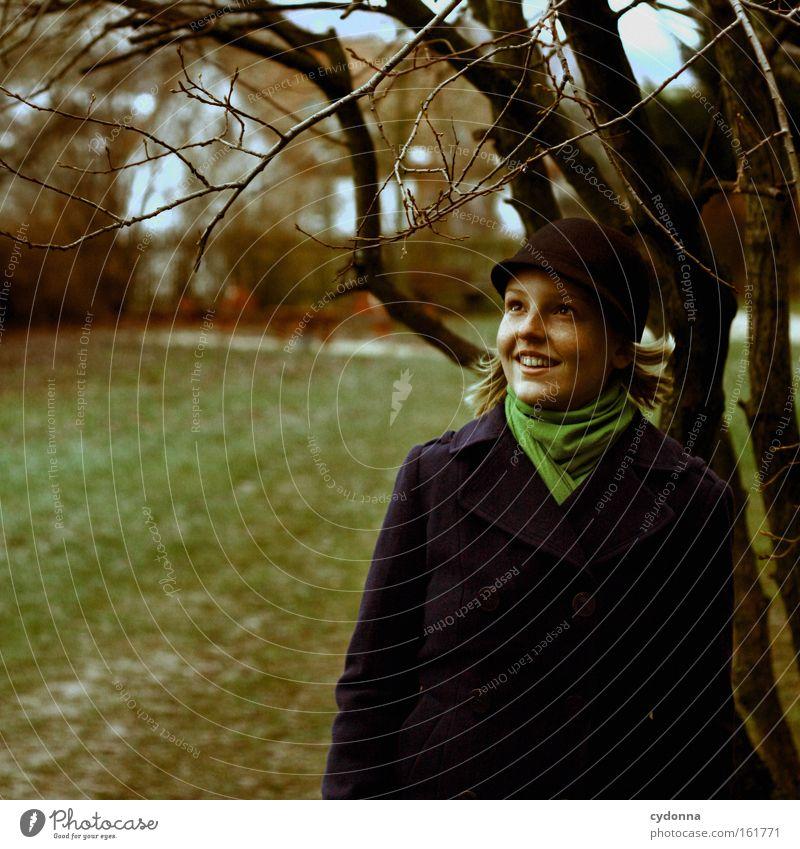 Warten, dass die Blätter sprießen Mensch Frau Natur schön Baum Leben Wiese Mode Häusliches Leben Spaziergang Neugier Jahreszeiten Zweig Erwartung Optimismus
