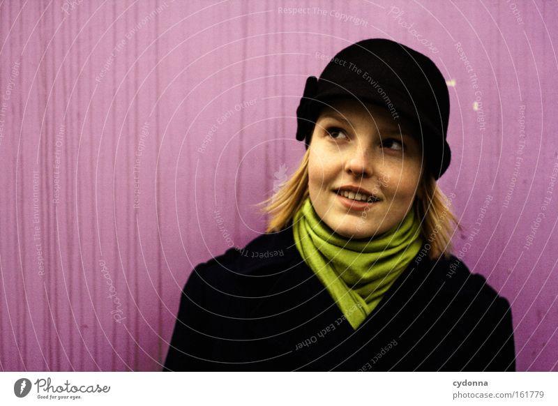 Frau mit Hut Frau Mensch schön Leben Wand Gefühle Zufriedenheit Mode rosa Hoffnung Zukunft Neugier Hut Erwartung Schal Optimismus