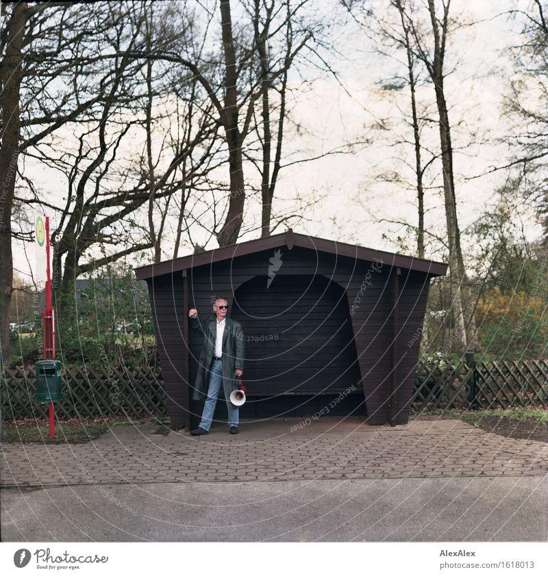 remixcase | er(ab)wartungshaltung Lifestyle Stil Haltestelle Bushaltestelle Hütte Wartehäuschen Lounge Mann Erwachsene 45-60 Jahre Baum Sträucher Garten