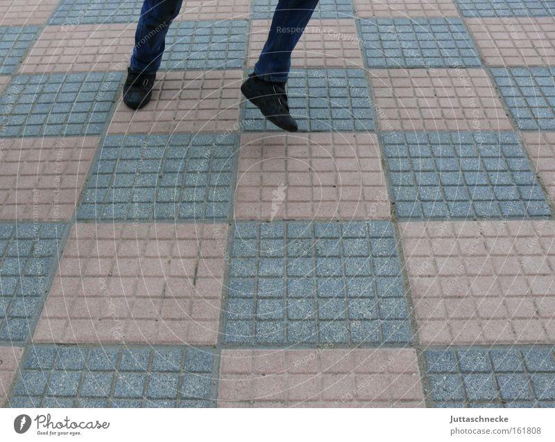 350 - Da steppt der Bär Freude Leben springen Beine Tanzen laufen Tanzveranstaltung Kopfsteinpflaster kariert Pflastersteine Schachbrett hüpfen Spielzeug Übermut