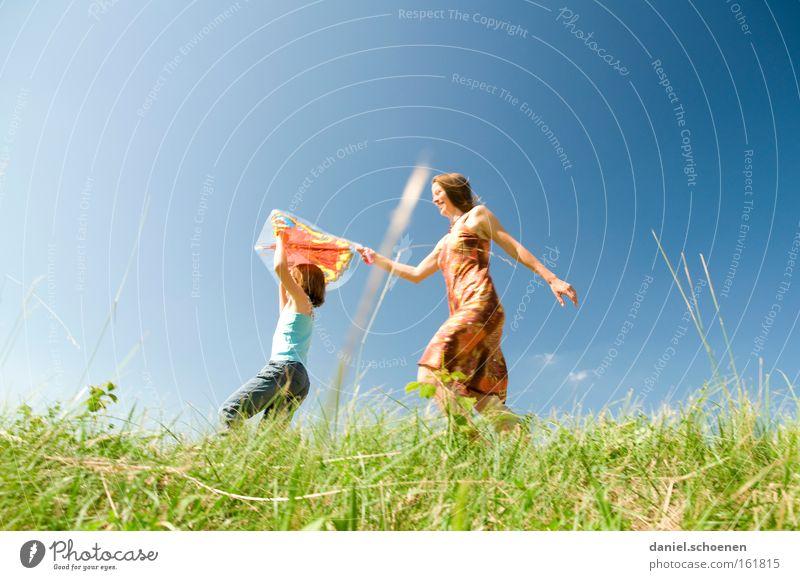 Sommer im Anmarsch Kind Himmel Sonne Sommer Mädchen Freude Wiese Spielen Frühling Bewegung Mensch laufen Freizeit & Hobby Natur Surfen Sonnenstrahlen