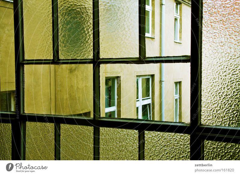 Treppenhausfenster Fenster Glas Fensterscheibe Scheibe Glasscheibe Haus Stadthaus Mieter Vermieter Mietrecht Architektur Gebäude Aussicht Nachbar Langeweile