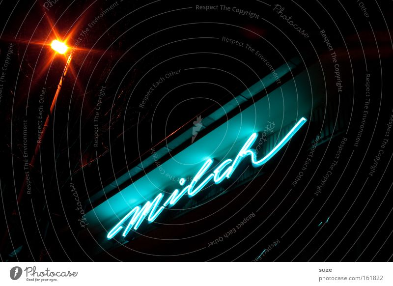 Die Milch nachts! Milcherzeugnisse Lifestyle Stil Design Stern Schriftzeichen leuchten dunkel frisch retro Typographie Text Milchverkäufer Laterne Konsum