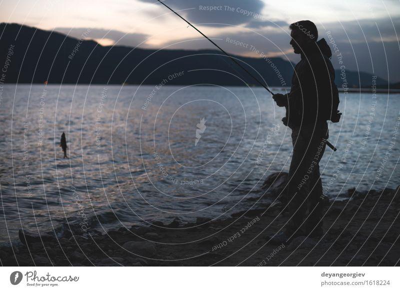 Mannfischen auf Gebirgssee Lifestyle Freude Erholung Freizeit & Hobby Ferien & Urlaub & Reisen Berge u. Gebirge Sport Mensch Erwachsene Natur See Fluss dunkel