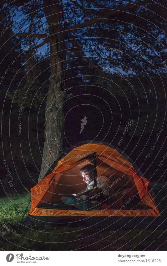 Mensch Ferien & Urlaub & Reisen Mann Sommer dunkel Wald Erwachsene Lifestyle Glück Freundschaft wandern Aktion Abenteuer Telefon Camping klug