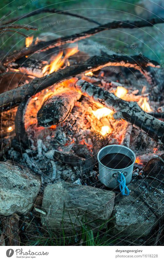 Kaffee auf Lagerfeuer im Wald machen Tee Topf Ferien & Urlaub & Reisen Abenteuer Camping Sommer Natur Metall Stahl alt heiß natürlich schwarz Feuer Feuerstelle