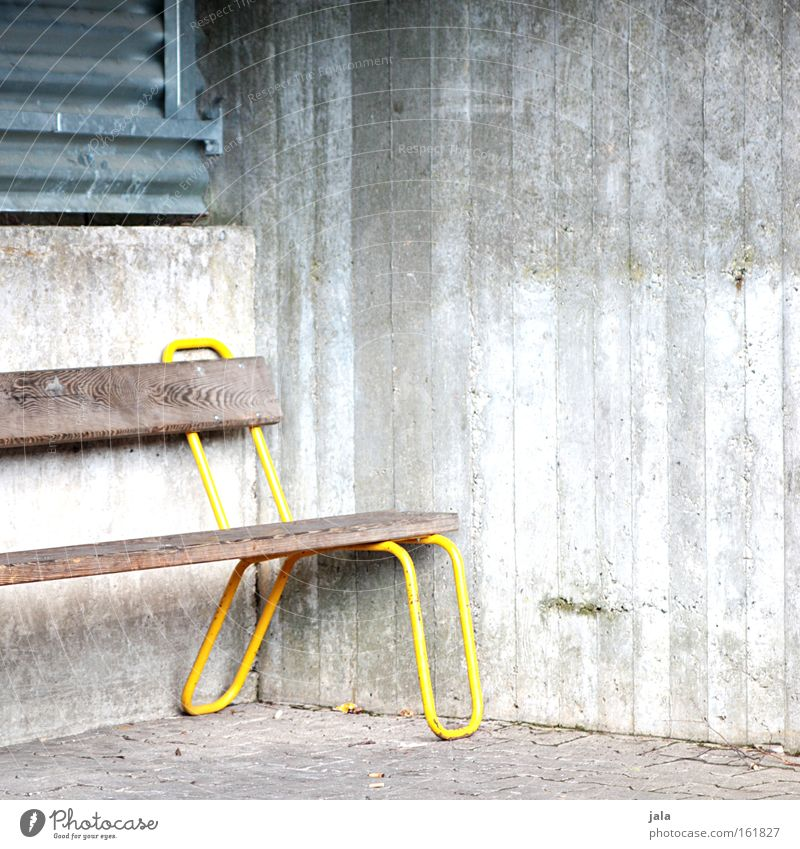 Eckbank gelb Holz grau warten Beton Platz Bank Bahnhof Verkehrswege Sitzgelegenheit Bushaltestelle