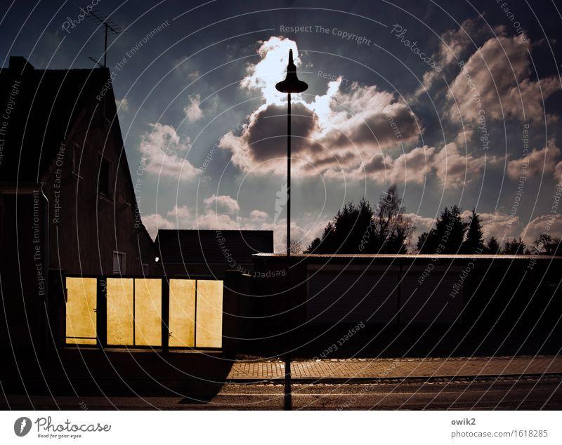 Dörfliches Stilleben Himmel Baum Wolken ruhig Haus dunkel Straße Wand Mauer Deutschland Fassade Zufriedenheit leuchten trist hoch Straßenbeleuchtung