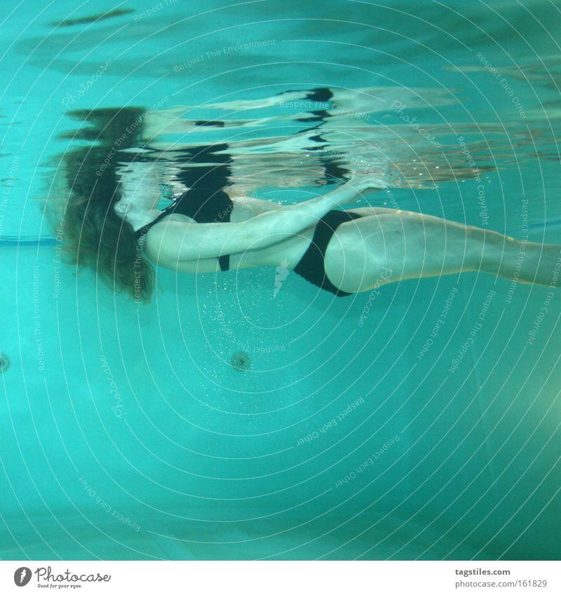 STUMMER ZEUGE Frau Wasser Tod Angst gefährlich Schwimmbad Bikini Panik Leiche Im Wasser treiben ertrinken Zeuge