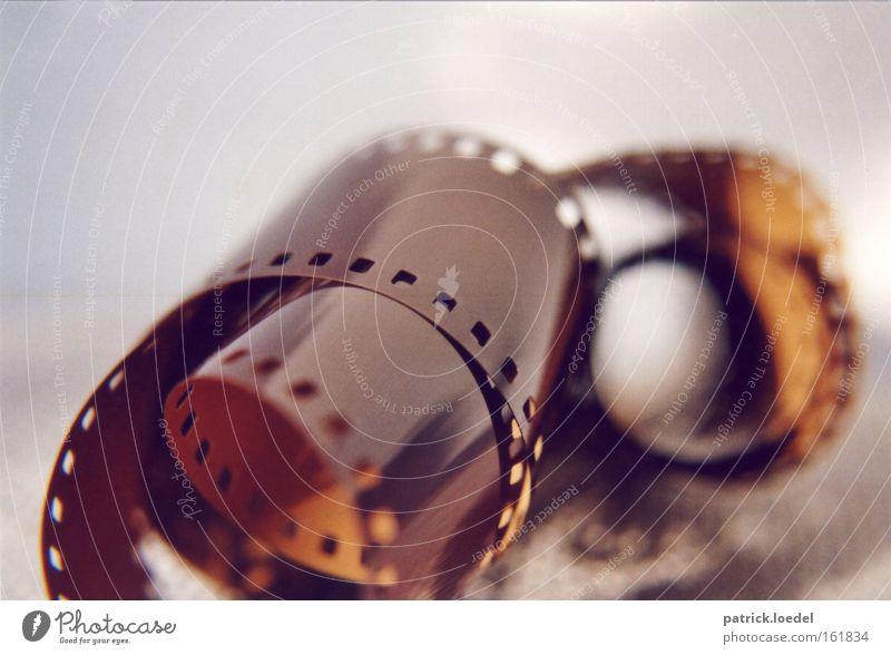Filmrolle Farbfoto Gedeckte Farben Innenaufnahme Nahaufnahme Detailaufnahme Makroaufnahme Textfreiraum oben Unschärfe Schwache Tiefenschärfe Freizeit & Hobby