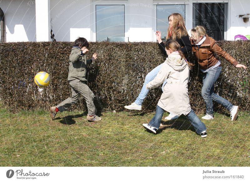 Kindergeburtstag Freude gelb Fenster Bewegung Garten Geburtstag Fußball Geschwindigkeit Ballsport Jeanshose Jubiläum Hecke März Zeitlupe