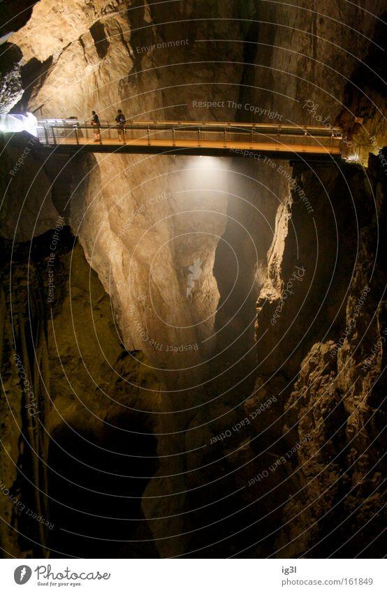 BUNGEE underground Einsamkeit Freude springen Freizeit & Hobby Seil bedrohlich Brücke fallen Fluss Suche geheimnisvoll Geländer Kontakt Vertrauen Verbindung