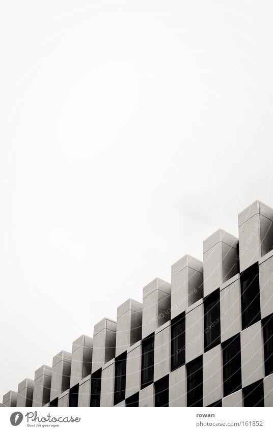 schachbretthotel Architektur Gebäude Dublin modern Muster Nebel Docklands Strukturen & Formen Geometrie Schwarzweißfoto Design Detailaufnahme zeitgenössisch